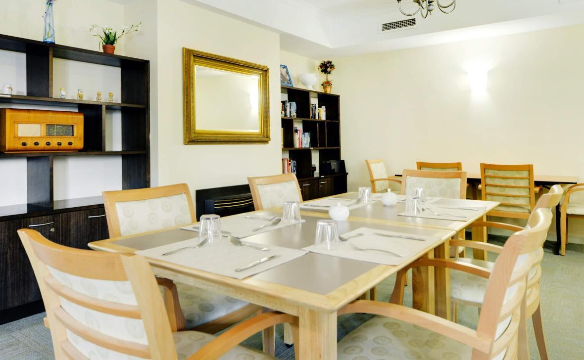 Murdoch Gardens dining table