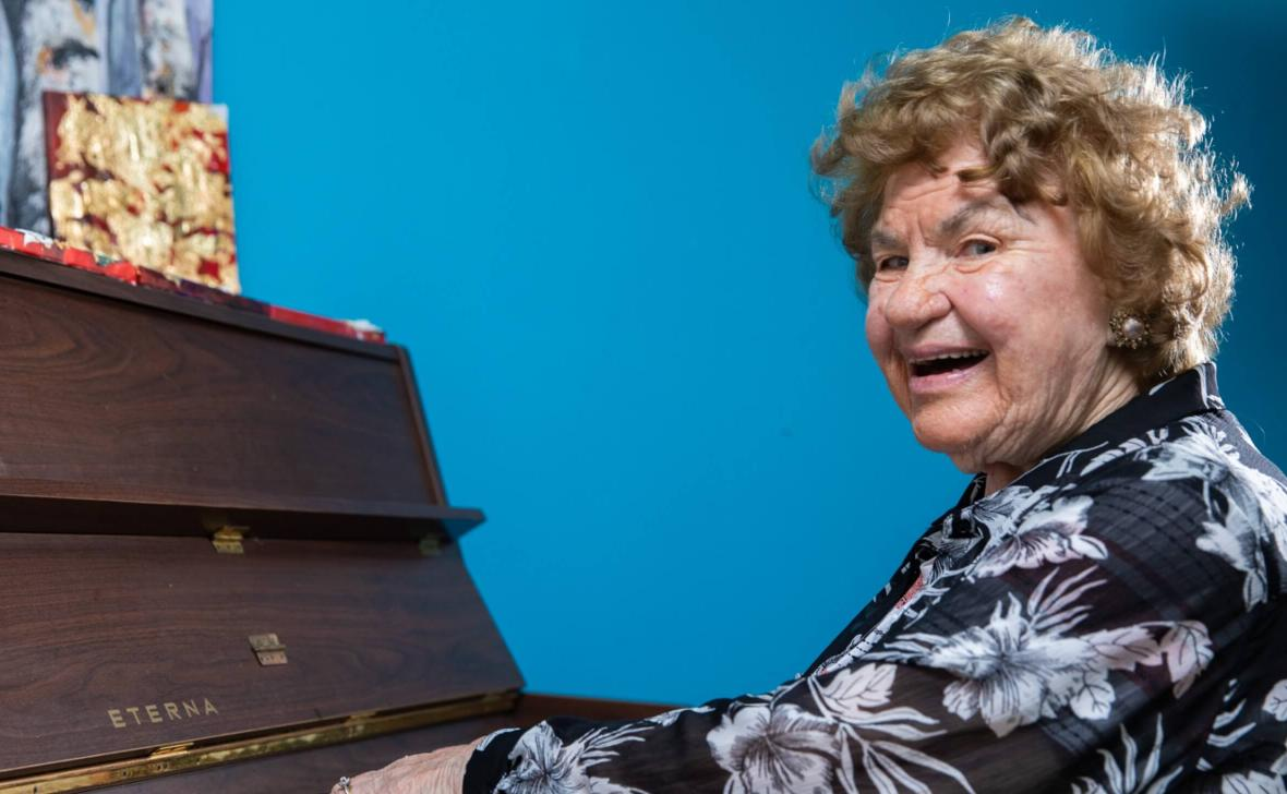 Narrabeen Glades resident on piano