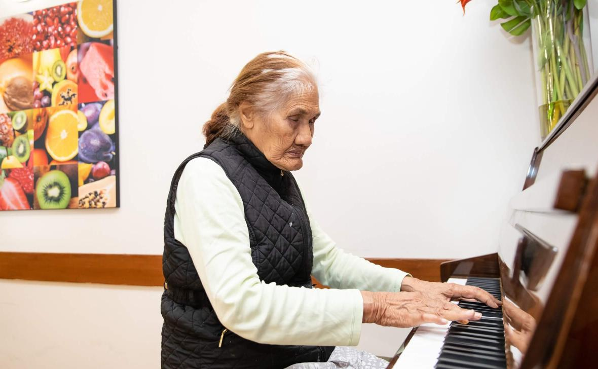 Bossley Parkside resident on piano